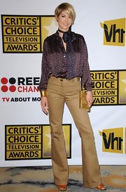 Jenna Elfman was right on trend for the Critics' Choice Awards wearing a '70s ensemble. Jenna debuted her edgy pixie cut and stepped out in camel flares and a silk ascot blouse. The actress accessorized with gold to complete her look.