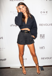 Emily Ratajkowski showed off her flawless legs in a pair of short shorts.