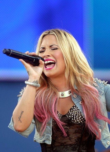 Demi Lovato Ombre Hair [good morning america,pop music,music,audio equipment,microphone,nose,lip,mouth,hairstyle,music,chin,performing arts,electronic device,demi lovato,musician,celebrity,microphone,nose,central park,concert,demi lovato,the x factor u.s.,pop music,celebrity,musician,ombr\u00e9,studded choker,stylebistro]