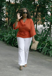 Oprah Winfrey looked casual yet fabulous in a pair of white linen cotton slacks.