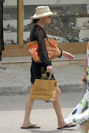Zeta Jones is shopping in style with this oversized printed shopping bag.
