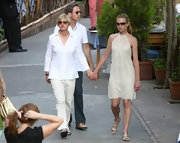 Portia completed her look with a gold leather braided pair of flat strappy sandals.
