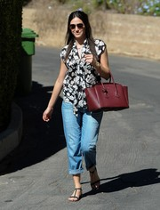 Emmy Rossum completed her outfit with cuffed boyfriend jeans.