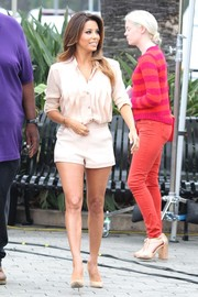 Eva Longoria showed off her gorgeous pins in nude short shorts by Kymerah while visiting 'Extra.'