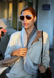 Spanish beauty Eva Mendes showed off her causal style while exiting LAX airport. She donned a fancy pair of nude oval shades to shade her eyes from the relentless photog's.