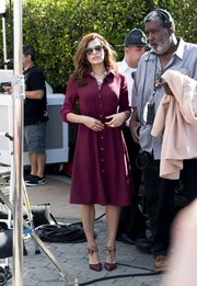 Eva Mendes teamed purple ankle-tie pumps with a shirtdress and cat-eye sunnies for a stylish retro finish on 'Extra.'