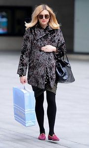 Fearne brightened up her dark, opaque tights with a pop of pink at her feet.