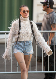 Wearing a pair of short shorts while headed to 'Kimmel,' Halsey gave us a full view of the kissing mouths tattoo on her right thigh.