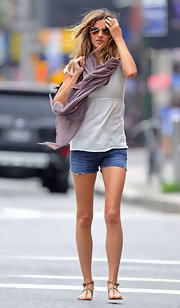 Gisele accessorized her summer chic ensemble with a mauve-colored knit scarf.