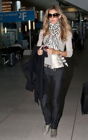 Gisele accessorized her casual outfit with a black and white print scarf.