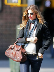 Gisele accessorized her look with a brown leather bag.