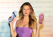 Model Gisele Bundchen has a star outline tattoo on her left wrist.