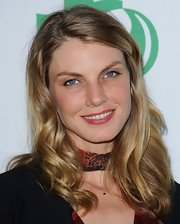 Angela Lindvall kept her look natural both with her neutral makeup and wavy blonde locks.