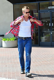 Ryan Gosling chose a classic black leather belt with a silver buckle to go with his classic jeans.