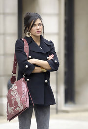 While filming another scene for Gossip Girls, Jessica looked too cute in her navy trench coat and acid washed jeans. She topped off her look with a printed leather shoulder bag.