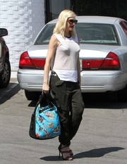 Gwen Stefani styled her outfit with a pair of sexy, colorful strappy sandals.