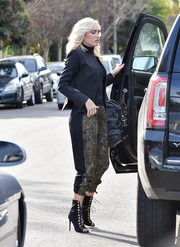Gwen Stefani stepped out in LA wearing a black zip-up jacket over a matching turtleneck.