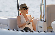 Gwen stays out of the sun with her oversized shades and this casual, straw fedora.