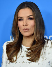 Eva Longoria framed her pretty face with a loose wavy 'do for the 2019 HFPA Grants Banquet.