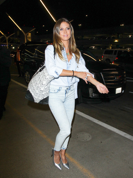 Heidi Klum finished off her airport ensemble with an oversized shopper bag.