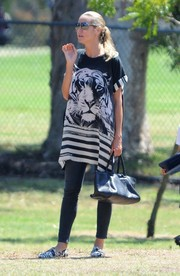 Heidi Klum kept it stylish on the soccer field with this textured black leather tote.