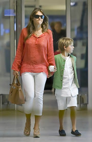 Elizabeth showed off her tan tote bag while hitting the airport Nice.