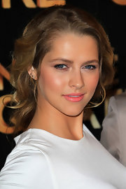 Teresa Palmer paired her messy updo with a pop of pink lipstick.
