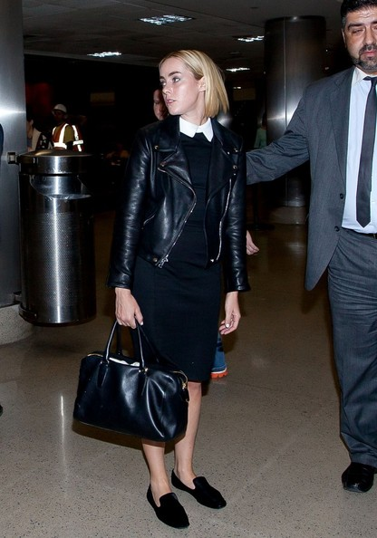 Jena Malone finished off her all-black attire with a pair of smoking slippers.