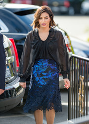 Jenna Dewan-Tatum polished off her look with a printed, lace-accented skirt, also by Monique Lhuillier.