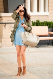Jenna Dewan-Tatum carried an oversized beige handbag while on a shopping trip.