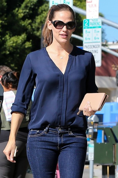 Jennifer Garner Zip around clutch