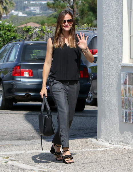 Jennifer Garner styled her outfit with block-heeled braid sandals.