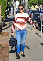 Jennifer Garner paired her top with blue skinny jeans.