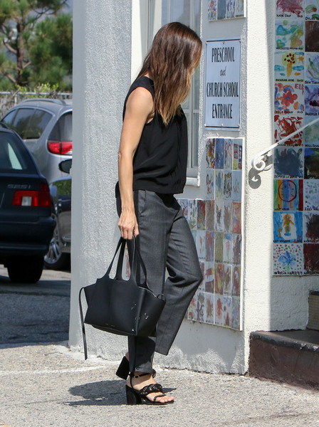 Jennifer Garner stepped out for a day of errands carrying a simple yet stylish leather tote.