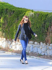 Jennifer Garner ran errands in LA wearing skinny jeans by Mother teamed with a black turtleneck.