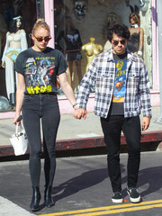 Sophie Turner showed off her slim legs in a pair of black skinny jeans by J Brand.