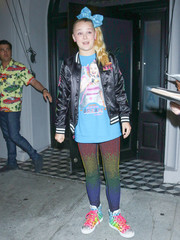 JoJo Siwa completed her outfit with a pair of colorful leggings.