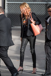 For a sweet pop of color, Julia Roberts accessorized with a peach leather bag.