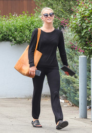For her footwear, Julianne Hough chose a pair of black slides.