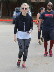 Julianne Hough completed her outfit with a pair of Under Armour Speedform Apollo sneakers.