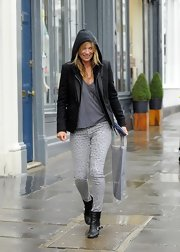 Kate Moss chose a pair of light gray leopard-print skinny jeans for her casual daytime look.