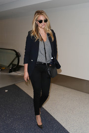 Kate Upton topped off her travel attire with a black woven-leather shoulder bag by Bottega Veneta.