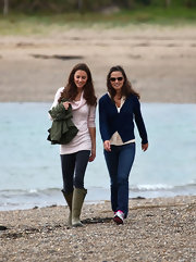 Kate Middleton went for a walk with sister Pippa in green rain boots. She paired the sturdy footwear with skinny jeans and a slouchy pink sweater.