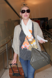 Katherine Heigl kept cozy with a striped scarf along with a beige cardigan.