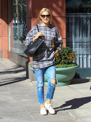 White canvas sneakers finished off Kelly Rutherford's casual ensemble.