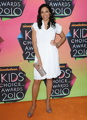 Rosario Dawson was chic and simple in her white knee-legnth frock. She added a subtle contrast to her ensemble with an oyster grey color clutch and heels.