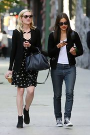 Kirsten Dunst accessorized her casual outfit with a classic black leather bag.