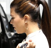 Kourtney Kardashian accessorized with a pair of portafortuna medium hoops in yellow gold.