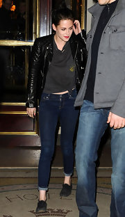 Kristen Stewart finished off her tom boy evening wear with cuffed dark denim skinny jeans.