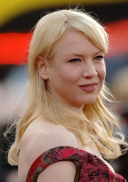 Renee Zellweger wore her wavy platinum locks side-parted with side swept bangs.